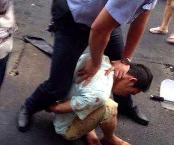 福建石狮一男子闹市持刀伤人被当场制服3人受伤 闹市持刀被制服