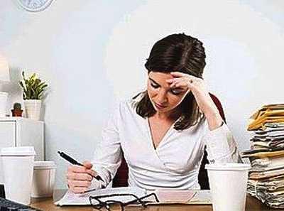 上班族如何在不妨碍工作的情况下坐着舒展身体 坐在凳子上的运动