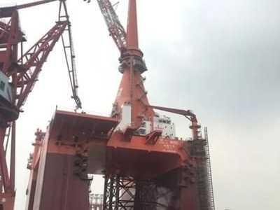 振华重工完成国内最大桅杆式起重机总装 桅杆起重机
