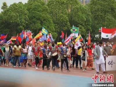 学生复古风引领潮流 重庆大学运动会开幕式