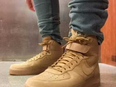 空军一号小麦色怎幺搭配 迷彩运动鞋配什幺裤子
